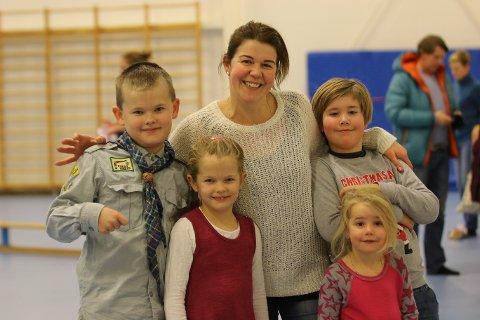 SAMLER BARNA: Harald Ivo Brænna (9) har vært med på juleavslutningen siden han var fire år gammel (t.h) Her sammen med Katalin Fuzi og andre barn som deltok under avslutningen.