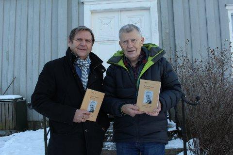 NY ÅRBOK: Erik Listerud (t.v.) og Einar Pedersen viser fram årboka for 2017.