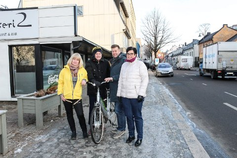 MILLIONDRYSS: - Nå skal fortauet i Storgata utvides, sier (f.v.) Sissel Rundblad (H), Ole Podhorny (KrF), Finn-Erik Blakstad (V) og Anne Bramo (Frp).