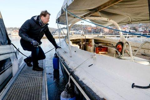 VINTEROPPLAG: Havnesjef Roger Finstad prøver i år ut båter i vinteropplag og er fornøyd så langt.