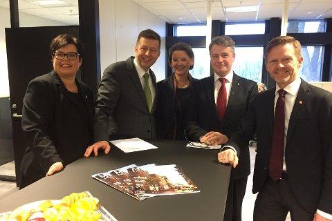 Fornøyde: Anne Bramo (Frp), Finn Erik Blakstad (V), Ingjerd Schou (H), statsråd Per-Willy Amundsen (Frp) og ordfører Tage Pettersen (H).