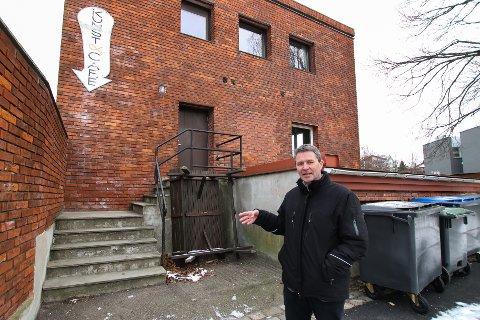 MÅ UTSETTE: Patrik Schöning fra Våler skal drive kafeen på Kirketorget, men MKEiendoms Bengt Olimb (bildet) sier de dessverre må utsette åpningen.