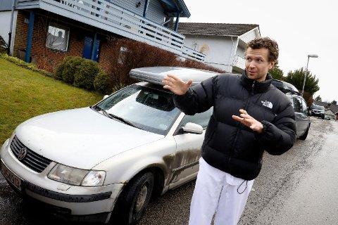 OPPGITT: Lege Arne Løberg Sæter har parkert i Knappestøperen og har gjentatte ganger funnet bilen nedgriset med sand, grus og kjemikalier.