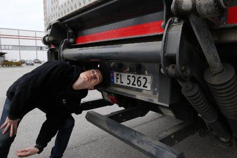 UTROLIG: Sjåfør Kristoffer Gunnarsson inspiserer rammevangen der gutten på utrolig vis har klart å klamre seg fast under kjøreturen.