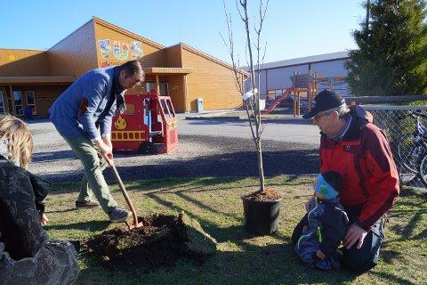 Rygge og Moss hagelag var sammen med varaordfører Finn Erik Blakstad (med spaden) i Gubbeskogen barnehage og plantet en eik. Leo (3 år) og Evan (2,5 år) fikk hjelpe til.