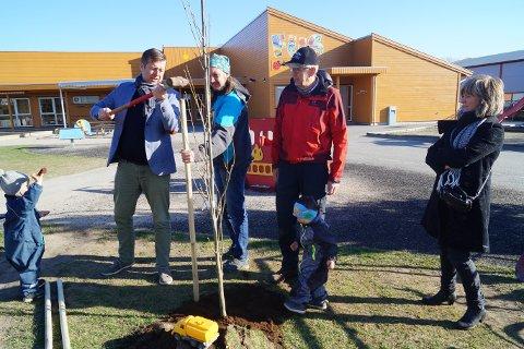 Rygge og Moss hagelag var sammen med varaordfører Finn Erik Blakstad i Gubbeskogen barnehage og plantet en eik. Leo (3 år) og Evan (2,5 år) fikk hjelpe til.