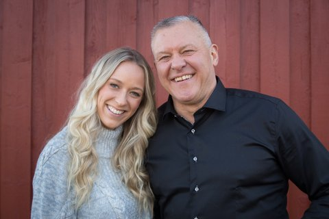 """SØKER KJÆRLIGHETEN: Rolf Gjølstad fra Vestby er en av seks bønder som søker kjærligheten i årets runde av """"Jakten på kjærligheten"""" på TV 2. Her sammen med programleder Katarina Flatland."""