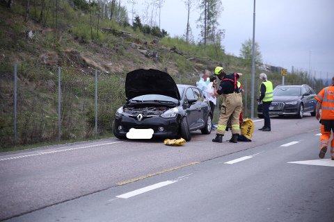To biler var involvert i en trafikkulykke på E18, den ene er bilen til venstre.
