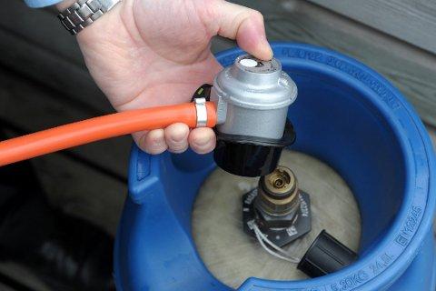 DYRT: Påfyll av gass til sommerens grilling kostet Arne Devik 1000 kroner ekstra fordi bytteflasken hadde gått ut på dato.