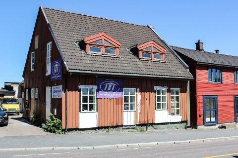 NOE GJENSTÅR: Det utvendige arbeidet er ennå ikke helt ferdig på den nye Varmestua i Helgerødgaten.