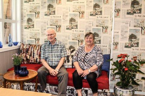 AVISKROK: - I denne sofakroken kan brukere lese aviser eller sitte og slappe av og prate, sier Arild Nilsen og Inger-Lise Lien.