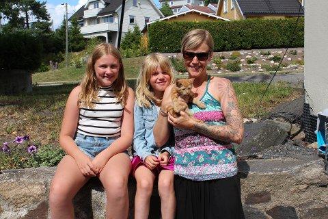 NYE EIERE: Kattungen Guro har fått et nytt hjem hos familien Wilskow. Fv. Marta (11), Oline (8) og Marie Wilskow.
