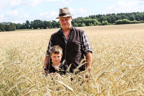 GOD KORNHØST: - Kornet ser helt perfekt ut hittil, sier gårdbruker Carl E. Gauterud på Carlberg gård, her sammen med barnebarnet Karl Emil (7,5).