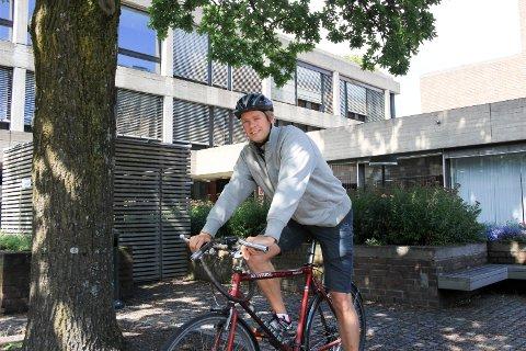 PRØVEORDNING: - Vi skal prøve ut den nye sykkelsymbolet Sharrows i Fjordveien, sier Jonas Sjolte (MDG).