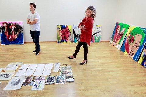 UTSTILLING: Espen Bjørshol og Anja Bjørshol med storebror Ari Behns bilder: Både malerier og skisser, tekster og utdrag som sammen forteller en historie.