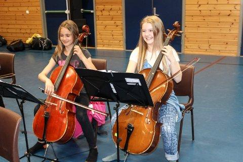 ØVELSE: Hedda Utbult (10) og Elsa Edbom (12) fra Karlstad deltok på musikalsk seminar på Bytårnet skole lørdag.