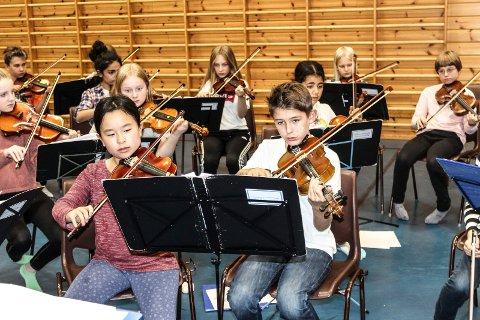 LÆRERIKT: Barn fra Moss og Karlstad hadde felles musikkseminar lørdag.