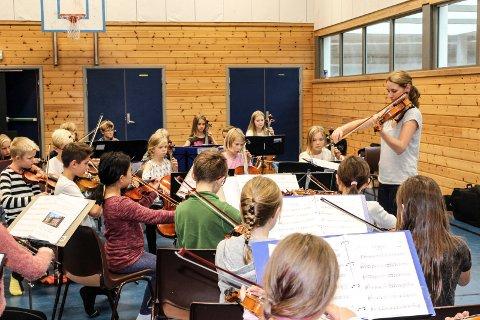 MUSIKKSEMINAR: Dirigent Jenny Eklund Utbult øvde med barna på Bytårnet skole lørdag. Søndag blir det konsert på Rygge ungdomsskole