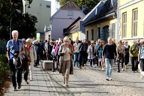 STOR INTERESSE: Trine-Lise Heilman (i midten) guidet i Møllebyen under fjorårets byvandring under kulturminnedagene i Moss. I år åpner hun opp Gernergården under kulturminnedagene.