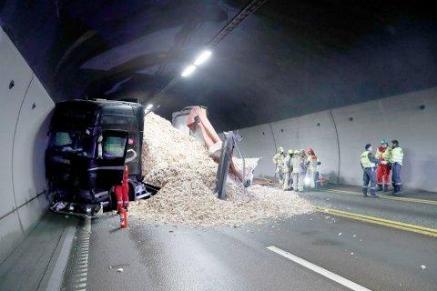 Mannskaper fra nødetatene på stedet der et vogntog og en personbil kolliderte i Oslofjordtunnelen onsdag. En kvinne mistet livet. Foto: Terje Bendiksby / NTB scanpix