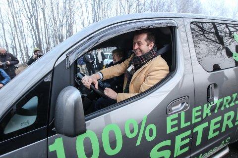MINST ÉN HÅND PÅ RATTET: På dette bildet var Finn-Erik Blakstad sjåfør for Trine Skei Grande på vei til regjeringsforhandlinger på Jeløy. Nå gleder Blakstad seg over stort flertall for Vikens NTP-innspill.