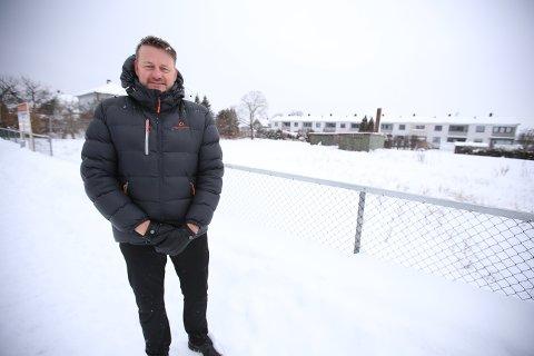 UTVIKLINGSTOMT: Bjørn Erik Thorbjørnsen i Meglergården står for salget av denne fem mål store tomten i Varnaveien. Tomten er regulert til boligformål.