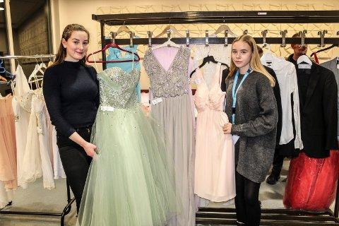 BALLKJOLER: Elsa Dalbye (t.v) og Malin Urstad Sæther viser fram noen av kjolene som ble levert inn på Rygge ungdomsskole under Åpen dag torsdag.