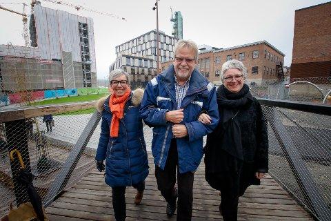 Livet leker: Jubler for milliongave. Gavesjef Sissel Gregersen Karlsen ( til h.) overrakte fem millioner til Trygve Nordby og Hanne Tollerud.
