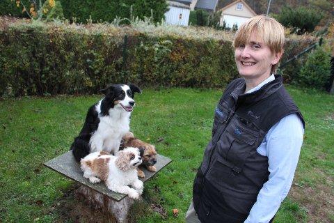 LEDER: Gry Eskeland fra Jeløy er daglig leder for satsingen Dyreatferdsenteret. Her med sine tre lydige hunder Chips (bak), Diddi (t.v.) og Cricket (t.h.).
