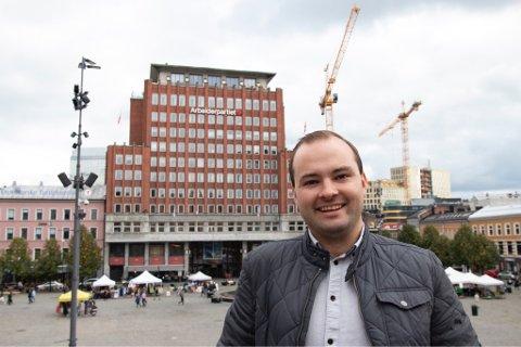 SJEF: Sindre Lysø har vært på Utøya nesten hvert år siden 2010. Nå planlegger han sommerleiren fra kontoret på Youngstorget.