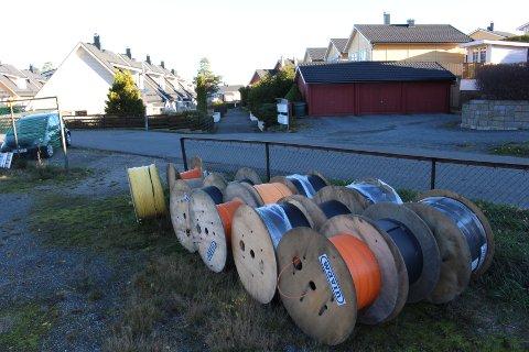 KABLER: Ruller med kabler ligger på Øreåsen og vitner om utbyggingen som preges av konflikter og konkurranse.