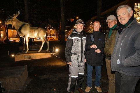 LYSSATT: Elgen skal endelig se lyset, men foreløpig er det kun prøvelyssetting. Fra v: Ole Rømer Sandberg, Petter Kristiansen, Kristian Oppegaard og Erik Mollatt.