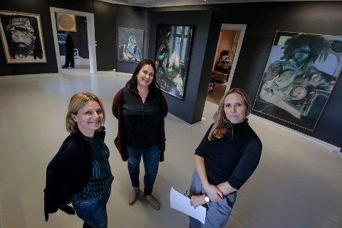NY UTSTIILLING: Kuratorene Anja Bjørshol (fra venstre) Guro Dyvesveen og Maria Havstam omgitt av nymalte gallerivegger og verker fra kunstneren Michael Bowen.