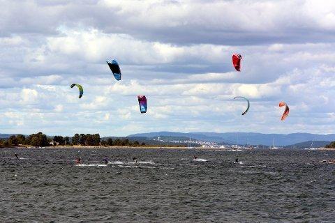 IKKE LOV: Kiting er ikke lov innenfor badebøyer på offentlige badeplasser, mener Sjøfartsdirektoratet.