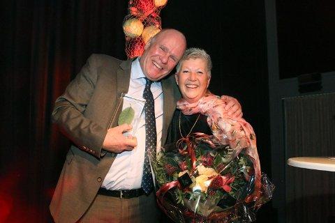 PRIS: Den Rygge-baserte bonden Per Olaf Roer ble i helgen tildelt Årets hederspris som den beste norske leverandøren til BAMA i 2018. På bildet: Per Olaf Roer og kona Bente Roer.