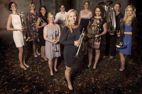 TIL HJEMBYEN: Én av de ti musikerne i TenThing er Guro Bjørnstad Kraft fra Moss (nr. tre fra venstre). Ensemblet ledes av den verdenskjente trompetsolisten Tine Thing Helseth (foran). (Pressefoto)