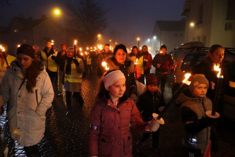NY RUNDE: I 2016 arrangerte MDG i Moss fakkeltog for å vise motstanden mot den valgte jernbanetraséen. Søndag 9. desember blir det nytt fakkeltog, nå i regi av BBM.