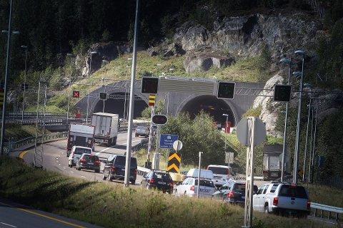 KØ: Første dag med stengt tunnelløp i Nordbytunnelen var det lange køer. Den siste helgen før gjenåpningen er det også ventet lange køer i området.