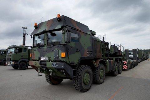 MANGE KOLONNER: 10.000 militære kjøretøyer skal ut av landet igjen. Fredag passerer mange gjennom vårt distrikt.