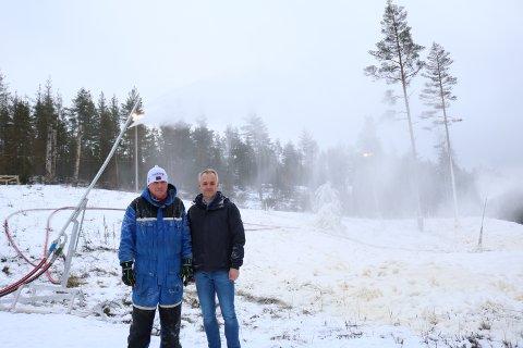 Odd Johannessen (t.v.) og Ole Kristian Narmo er en del av teamet som jobber for å få ferdig en skiløype i Mossemarka.