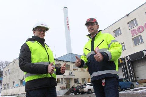 UTSLIPPSKUTT: Hans Joachim Motzfeldt (t.v.) og Erik Ølstad i Rockwool gleder seg over klimasatsingen på fabrikken i Moss.