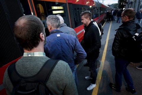 Tar toget: Artikkelforfatteren påpeker at det er blitt dyrere å pendle. Noe hun og hennes parti vil endre.
