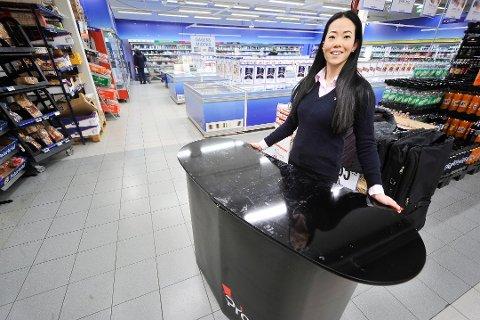 SJEFEN SELV: Thea Salvesens promoterer varer fra ulike leverandører i daglivarebutikker. Her med tomt demonstrasjonsbord.
