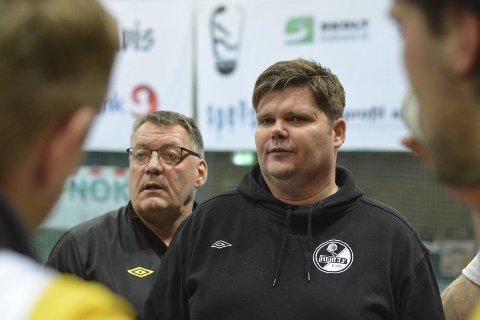 KONTRAKTEN AVSLUTTES: Runar Evensen (t.v.) har vært hovedtrener André Jauert (t.h) hjelpetrener.