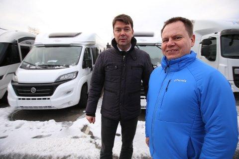 NY SJEF: Atle Kristoffersen (t.h) er ansatt som daglig leder ved Østfold Caravan, som åpner i Karlshus i mars. Her med Pål R. Amundsen.
