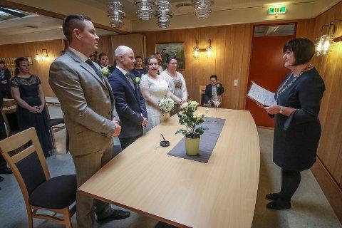 Betty Granhaugen og Øyvind Dahl giftet seg på Rygge rådhus lørdag. Ordfører Inger Lise Skartlien debuterte som seremonimester.