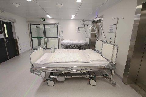 KORRIDORPASIENTER: Alvorlig syke pasienter blir liggende på korridoren ved gastrokirurgisk avdeling på Kalnes. Tillitsvalgte er bekymret.