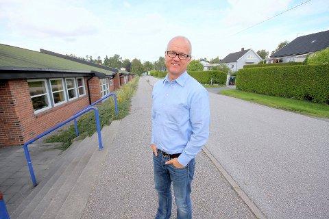 VENTER SPENT: Rektor Tomas Mathisen ved Karlshus skole.
