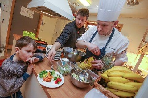 UTSEENDE: Det er viktig at maten ser bra ut. Her venter Nathaniel på sin porsjon, dandert av Lars-Erik Arnesen og Per Ivar Berget (til høyre).