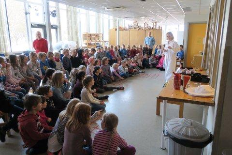 Dagen startet med fellessamling i gymsalen, hvor alle skolens elever fikk se en spennende science-forestilling i regi av «Praktisk Realfag.